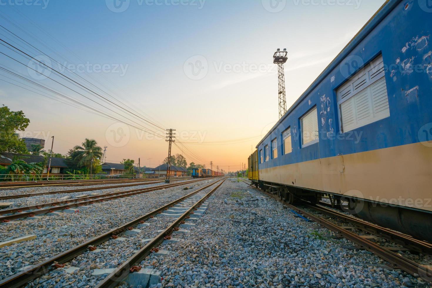 vías de tren y vagón de tren foto