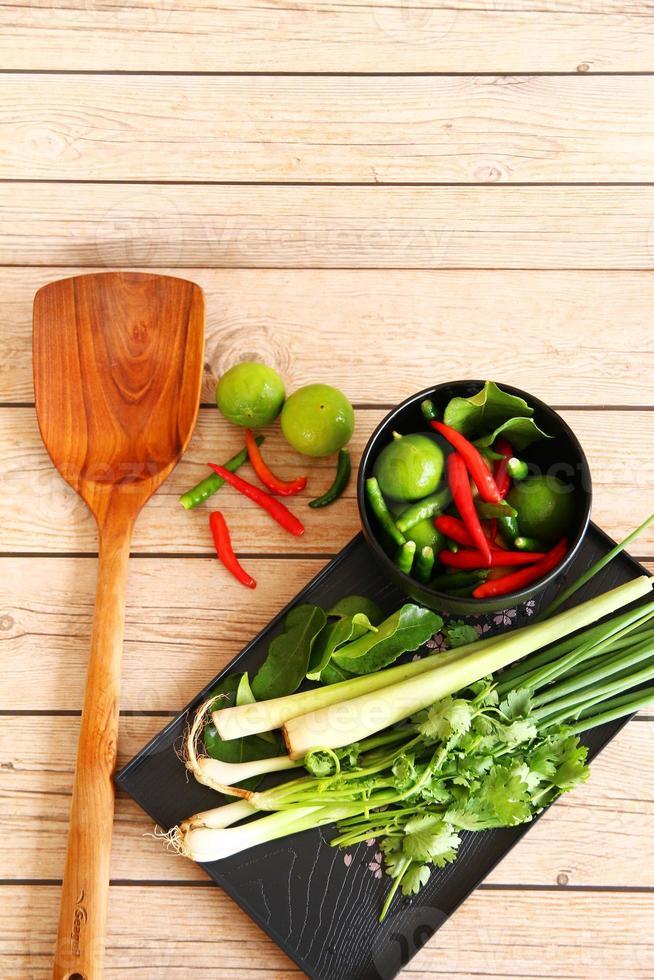 sopa tailandesa de tom yam hierbas y especias. foto