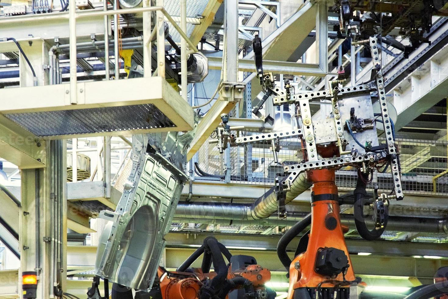 robots en una fábrica de automóviles foto