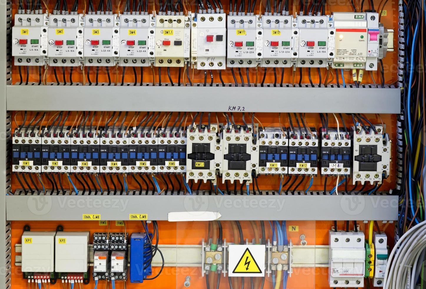 panel de control con medidores de energía estática y disyuntores (fusible) foto