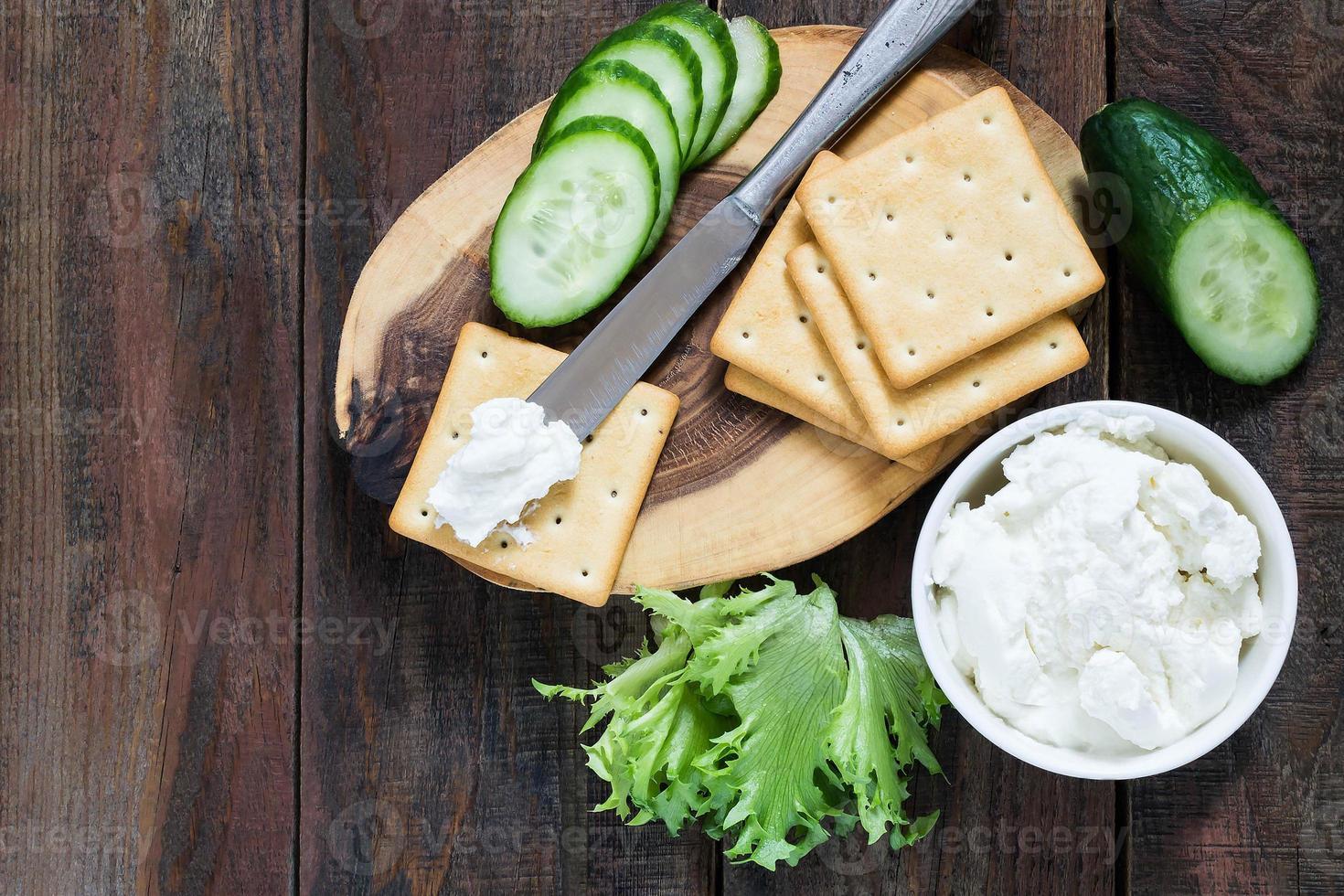 galletas saladas, lechuga y ricotta foto
