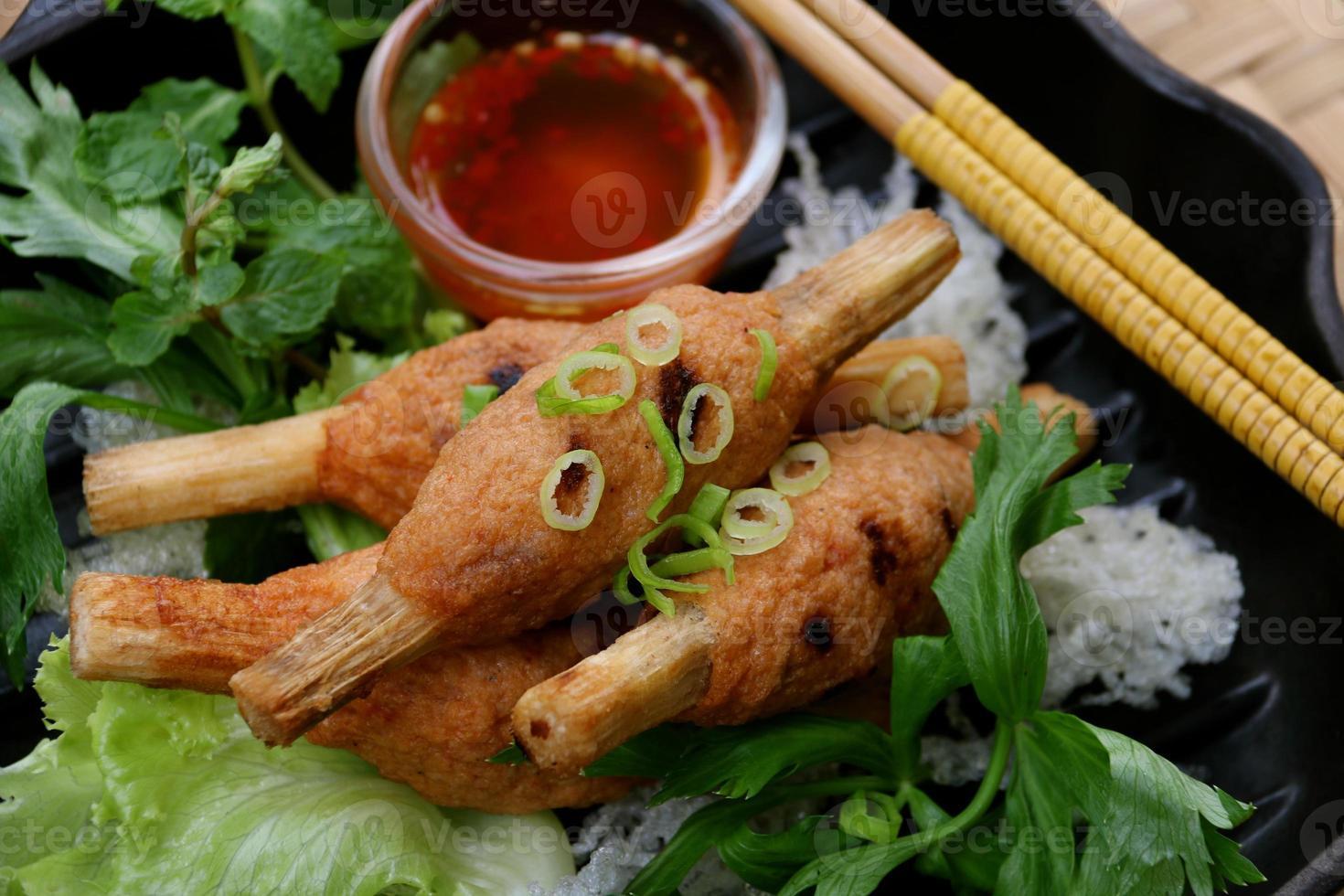chao tom, pastel de camarones vietnamita en brocheta de caña de azúcar foto