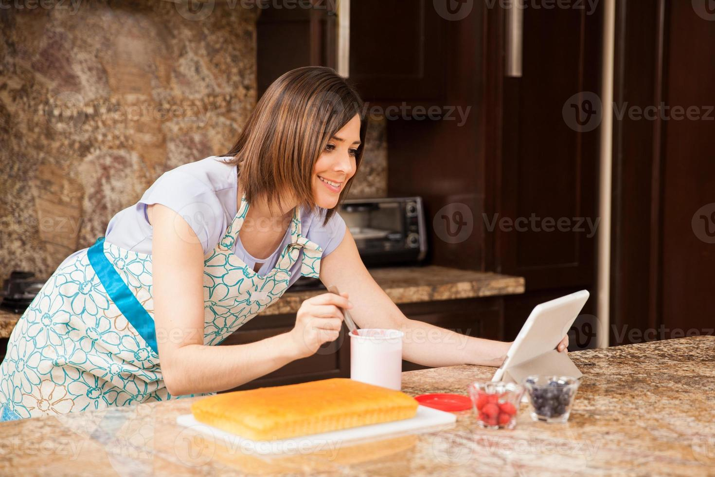 leyendo una receta de pastel en línea foto