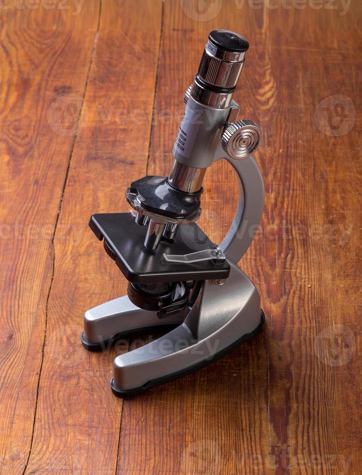microscopio en la mesa para el fondo de ciencia vintage foto