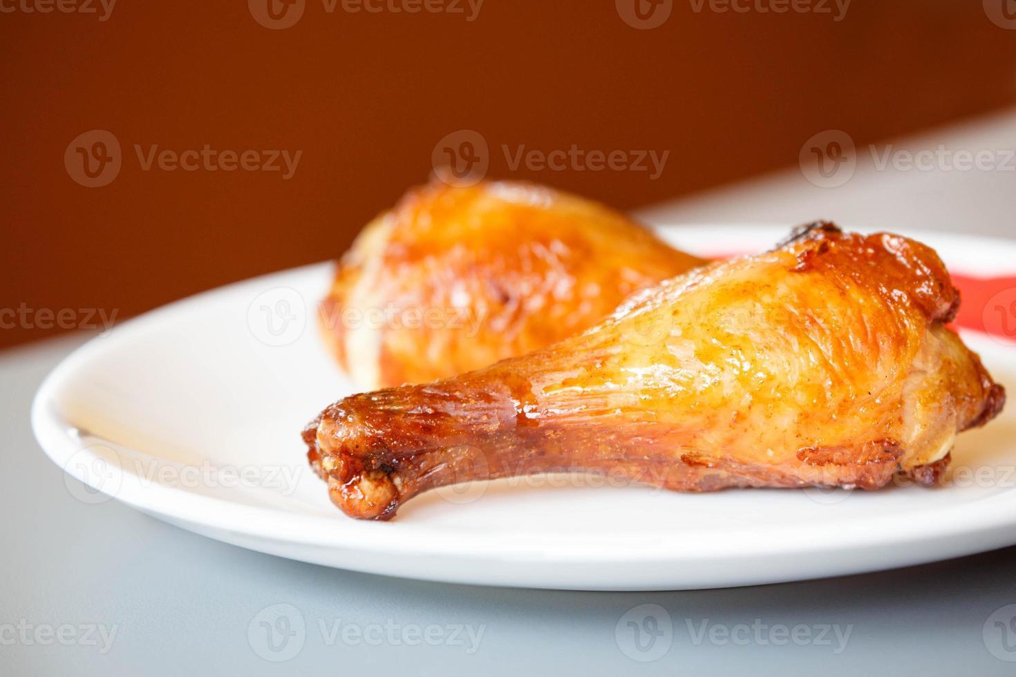 muslos de pollo asado en plato blanco foto