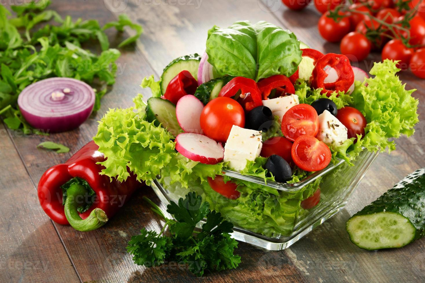 Ensaladera de verduras en la mesa de la cocina. dieta equilibrada foto