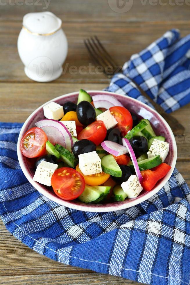 deliciosa ensalada con verduras frescas y queso feta foto