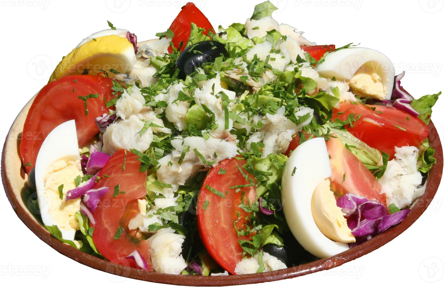 Ensalada fresca sazonada con verduras, huevos, tomates y hierbas. foto