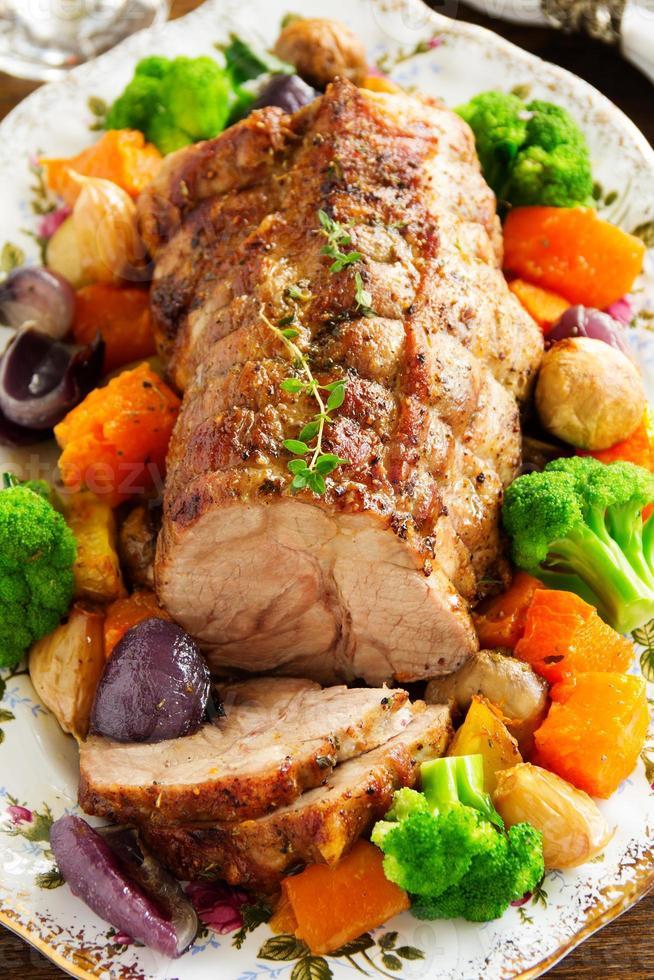Asado de cerdo con verduras y especias. foto