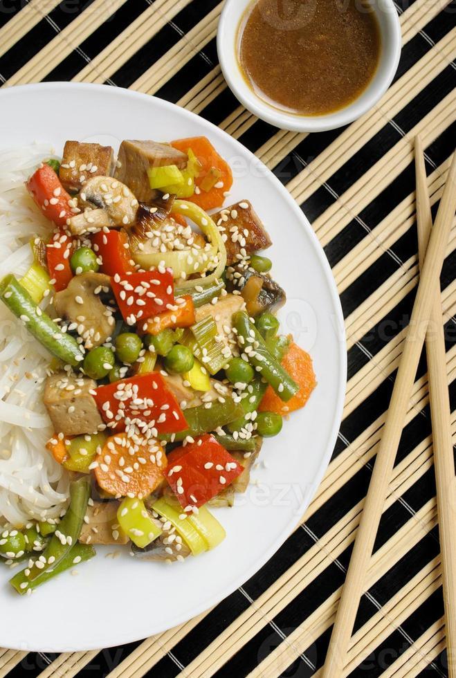 fideos salteados con verduras y tofu foto