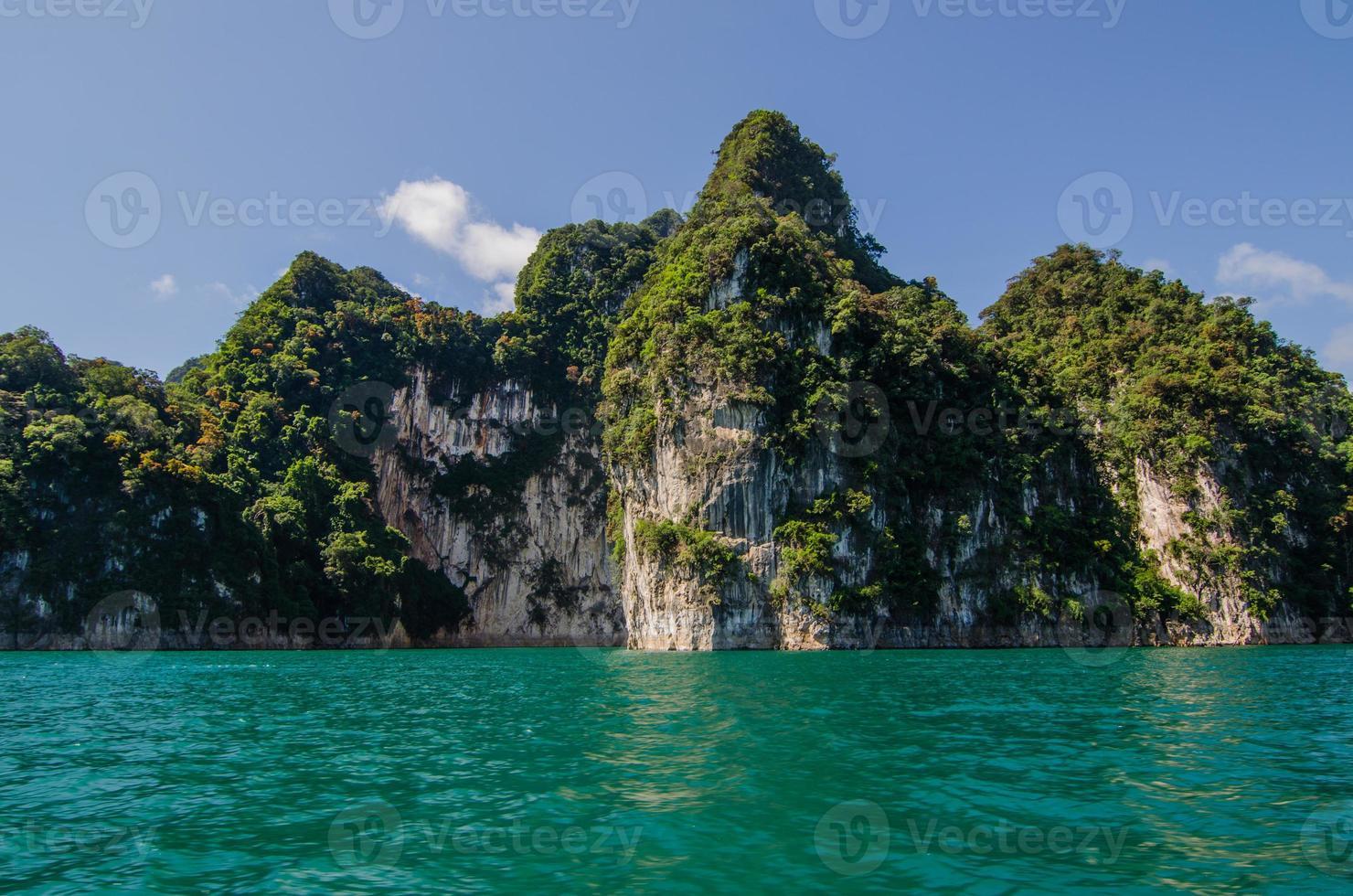 isla de roca en el mar foto