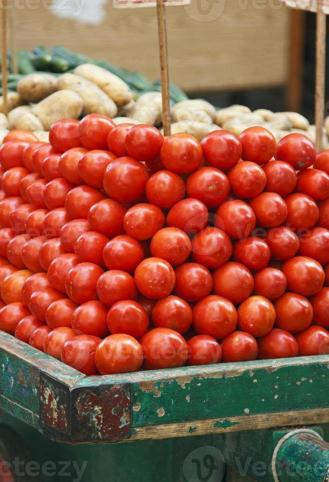 Tomate sobre dos ruedas de coche en el mercado tradicional, Egipto foto