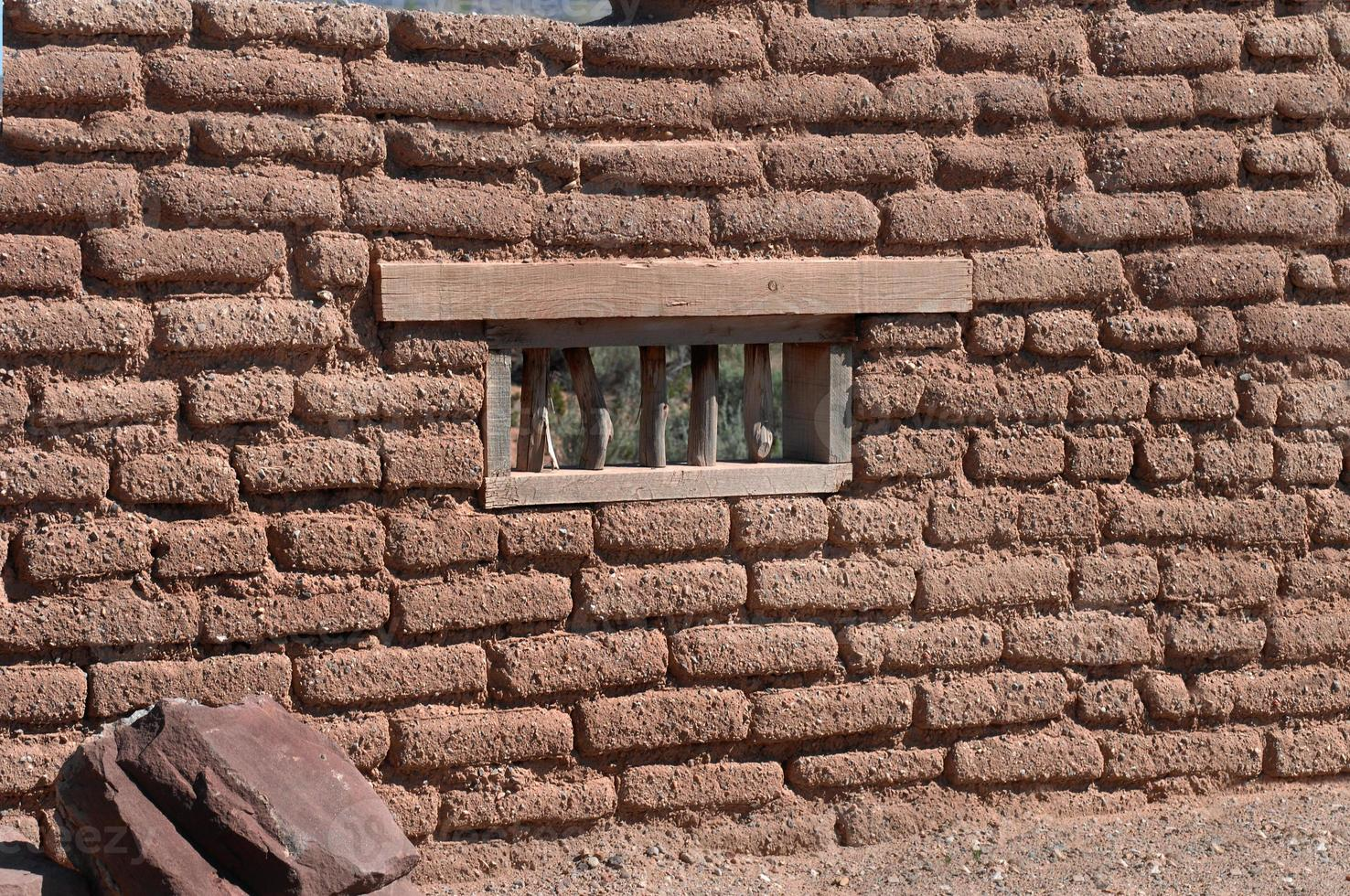 pared de adobe con ventana foto