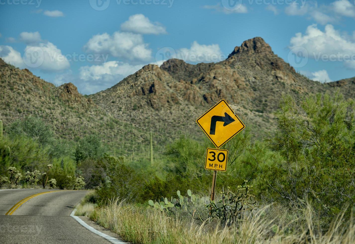 fuerte giro de 30 mph en carretera de montaña foto