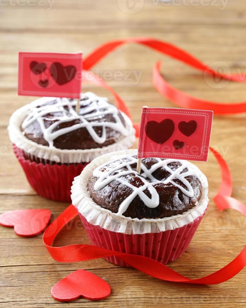 pasteles festivos para el día de san valentín, magdalenas de chocolate con corazones rojos foto