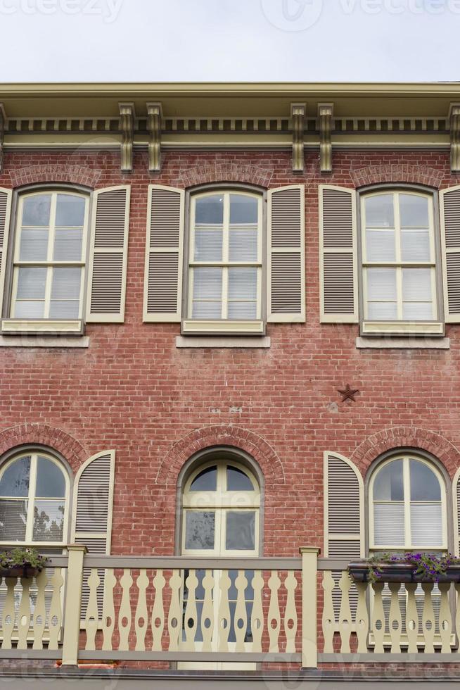 clásico edificio antiguo de ladrillo con persianas foto