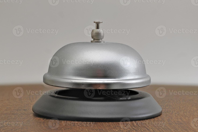 campana de hotel en mesa de roble foto