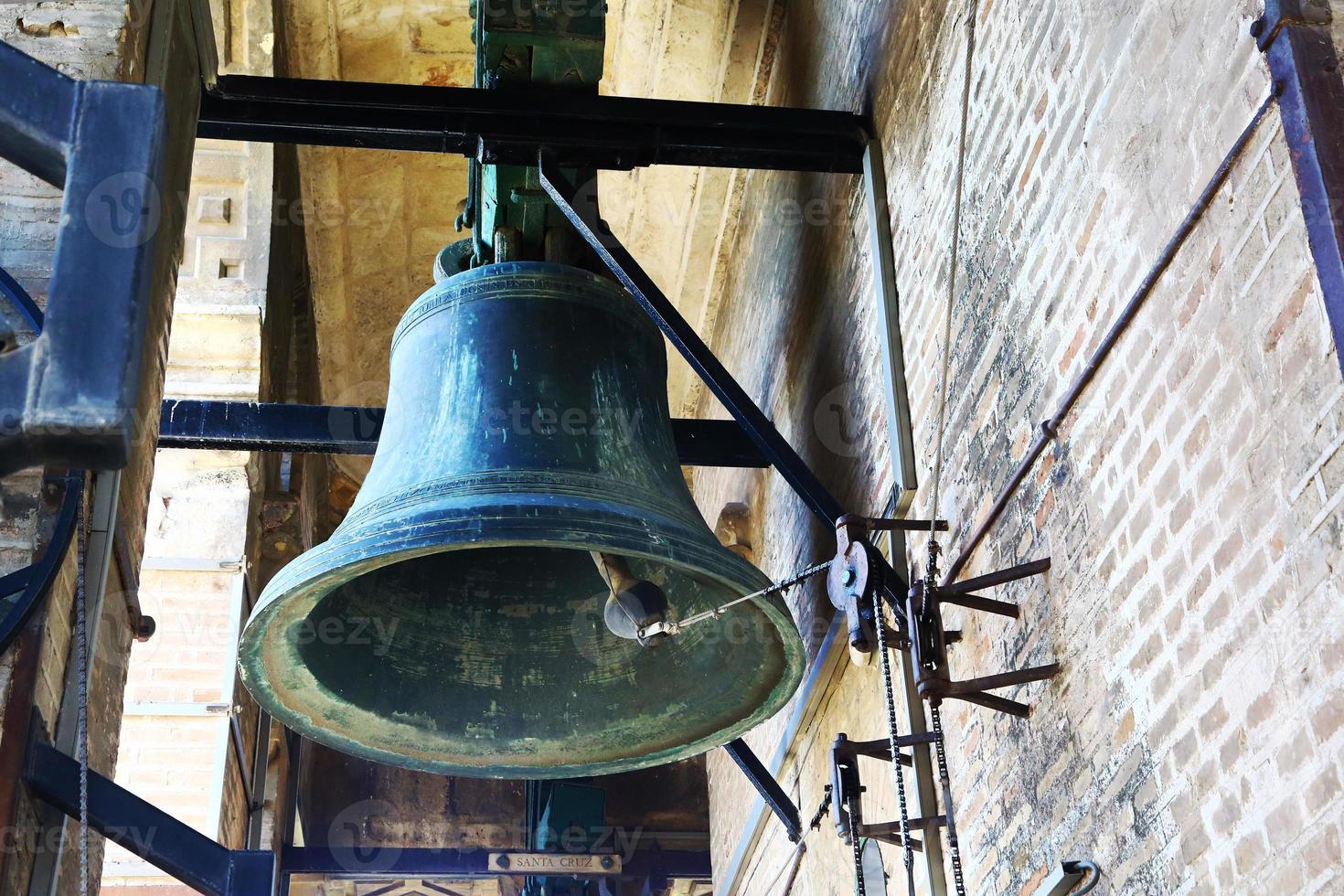 gran campana en la cima de la torre giralda, sevilla foto