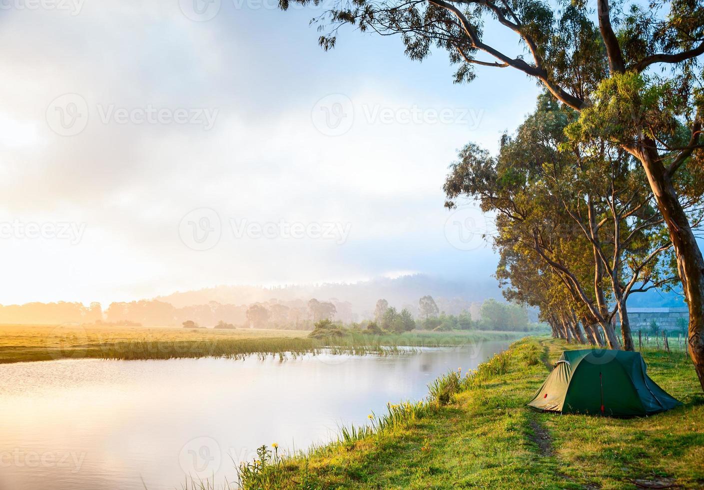 acampando junto a un río foto