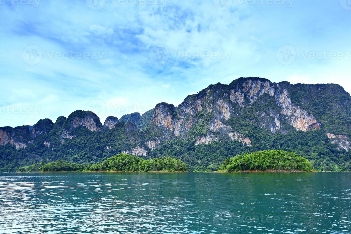 Presa Ratchaprapa en el Parque Nacional Khao Sok foto