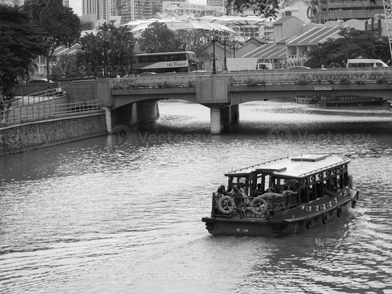 bumboat op singapore rivier foto