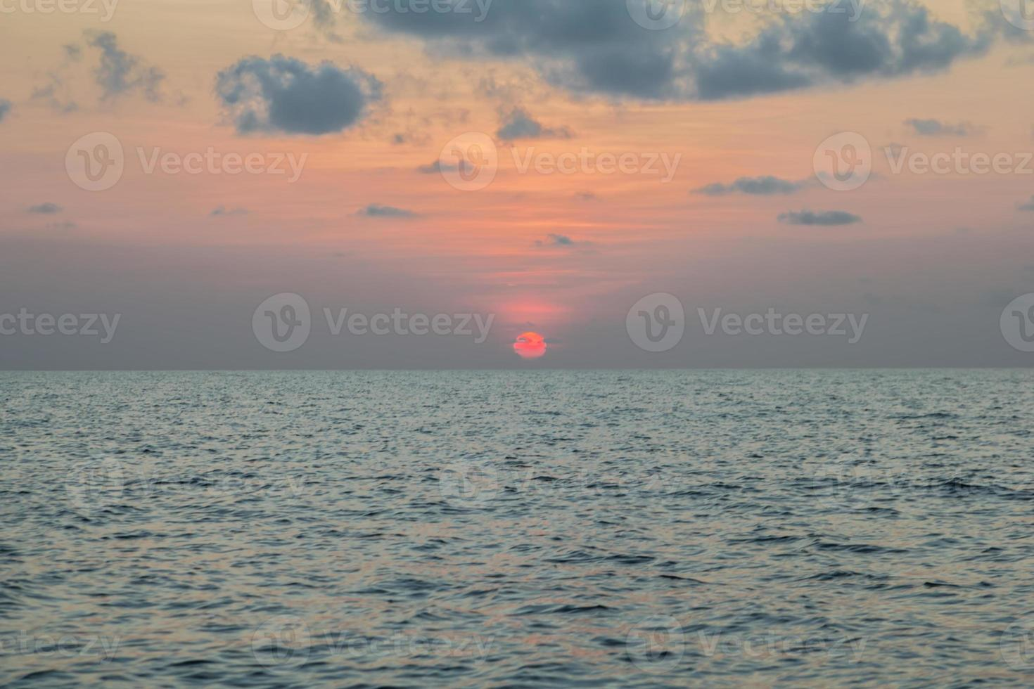 puesta de sol en el mar, koh phangan, surat thani, tailandia foto