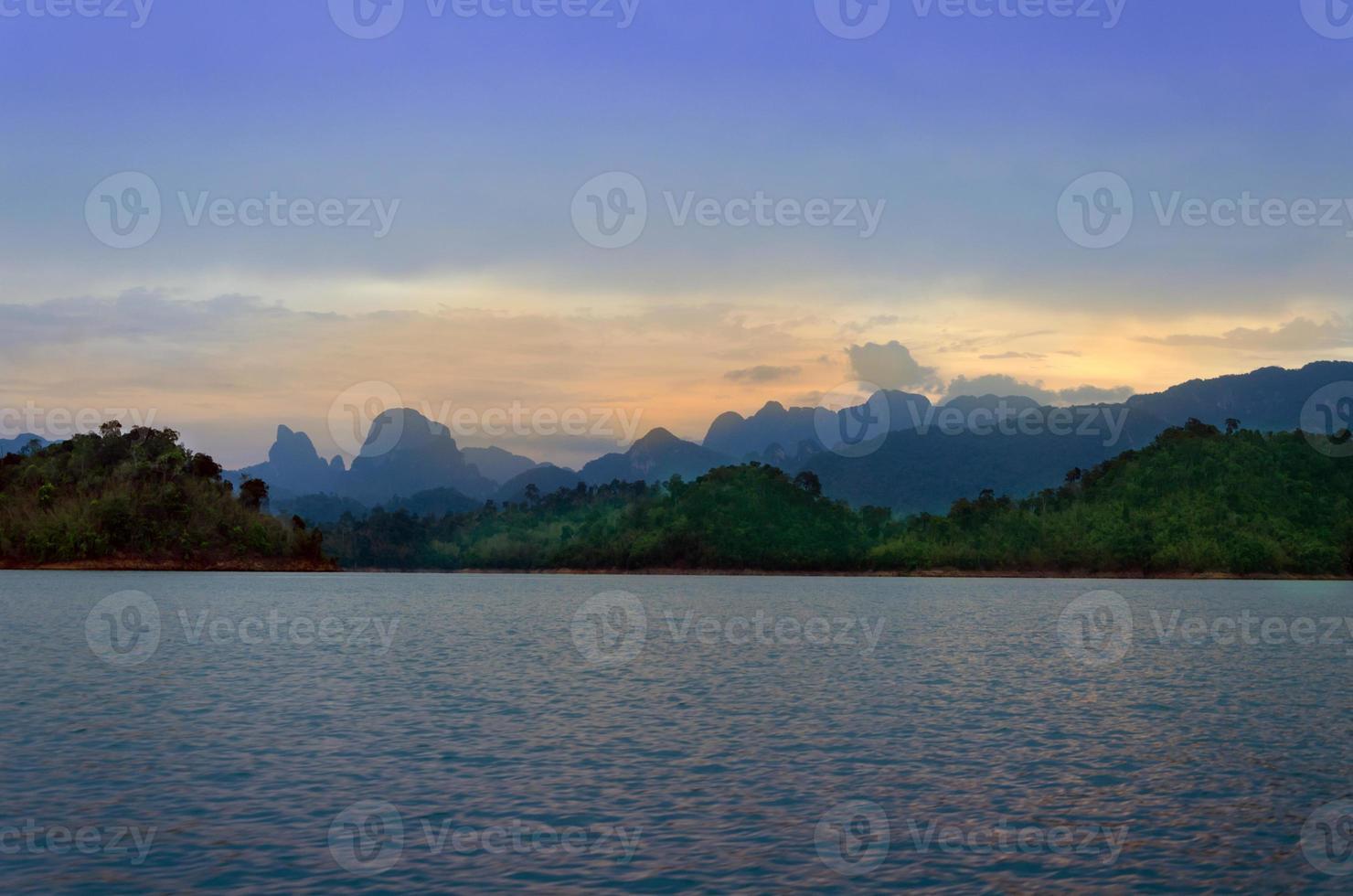 montañas y atracciones naturales del río presa de ratchaprapha, surat foto