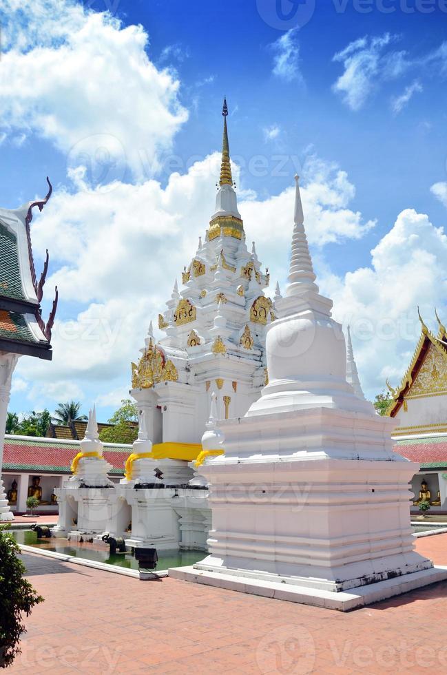 chedi en el templo de wat phra borommathat chaiya en surat thani foto