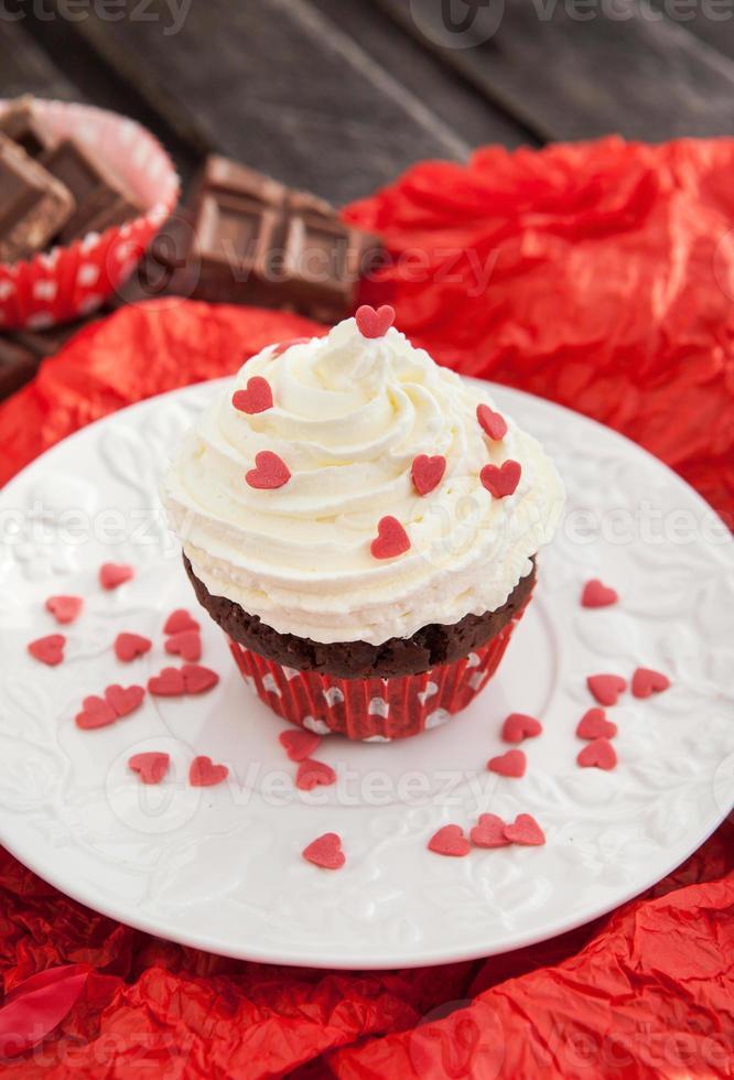 bizcocho de chocolate decorado con corazones rojos foto