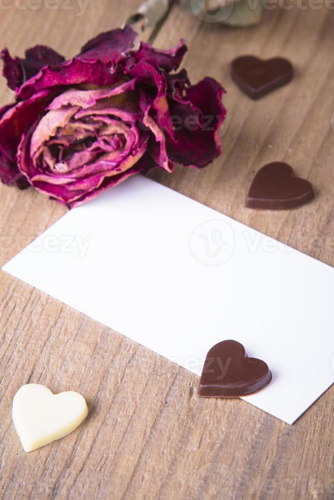 la rosa seca y la tarjeta en blanco foto