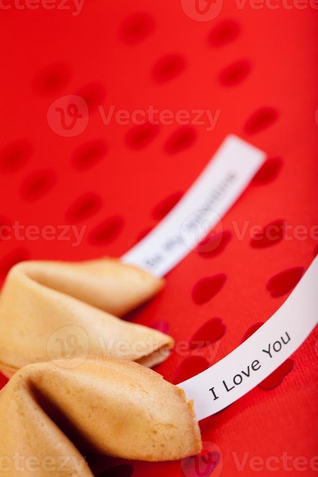 galleta de la fortuna en papel rojo foto