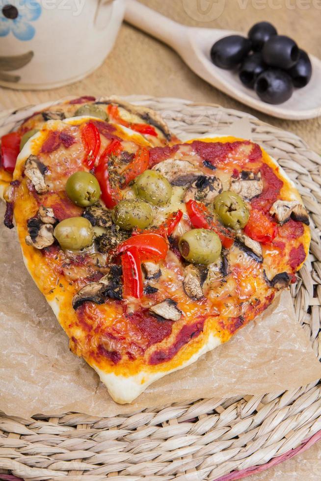 pizza en forma de corazón foto