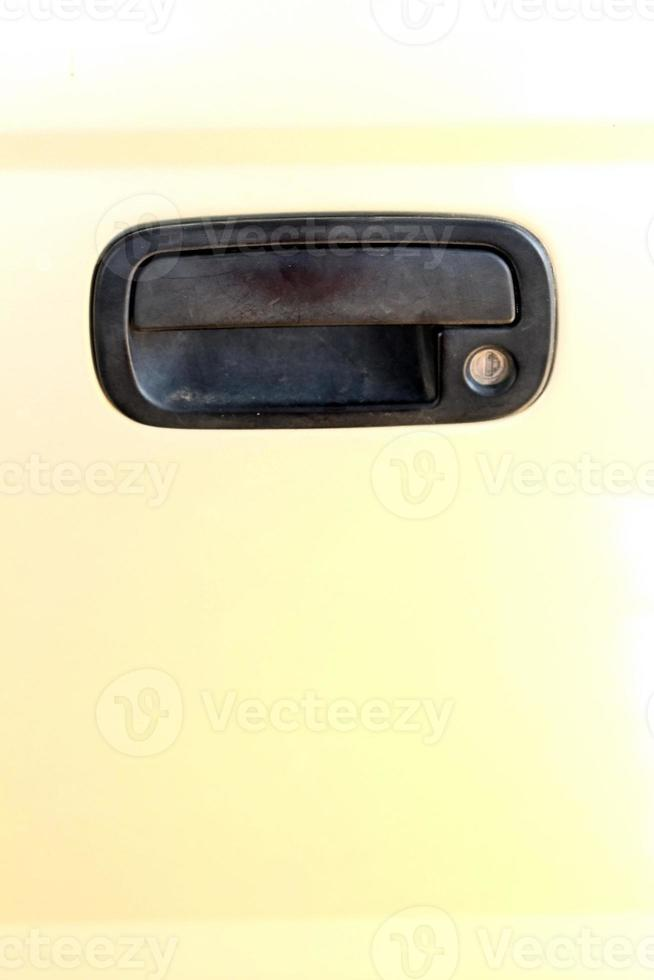 Las manijas de las puertas del coche dorado claro. foto