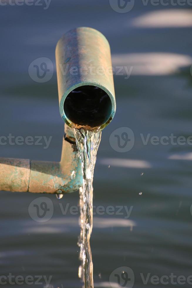agua que fluye de la tubería foto