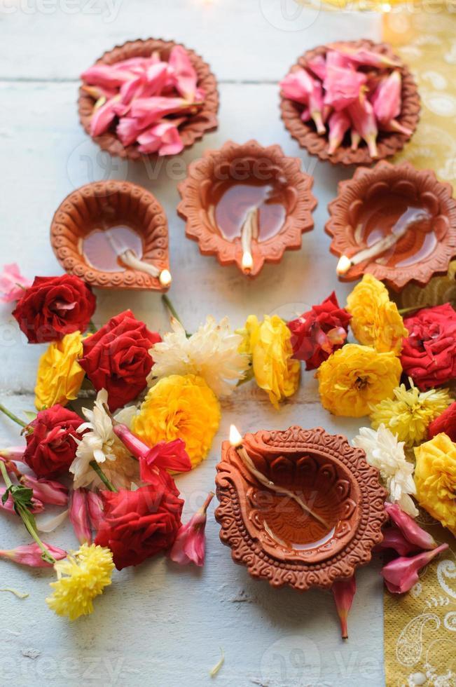 coloridas lámparas diya de arcilla encendidas durante la celebración de diwali foto