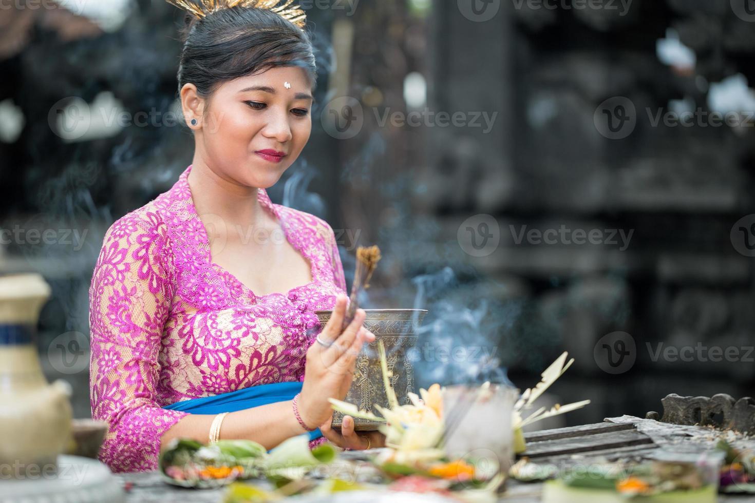 mujer balinesa rezando foto