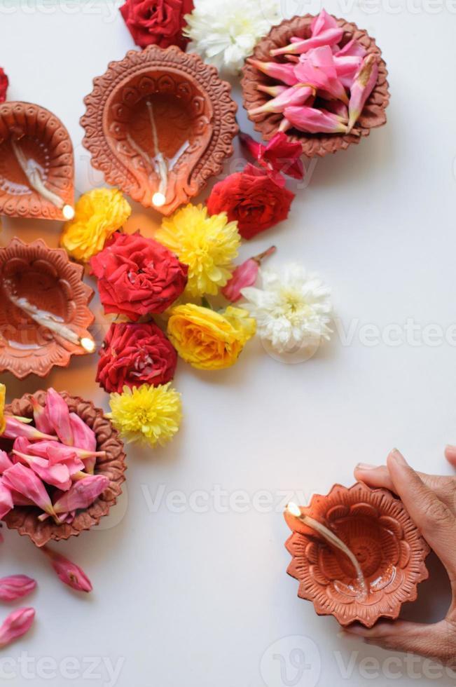 kleurrijke diya lampen van klei verlicht tijdens diwali viering foto