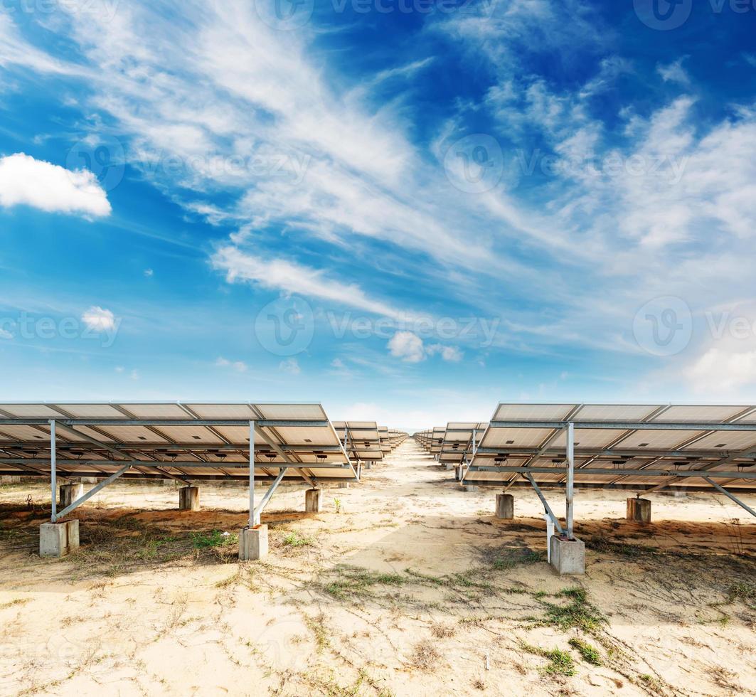 paneles solares contra el cielo azul foto