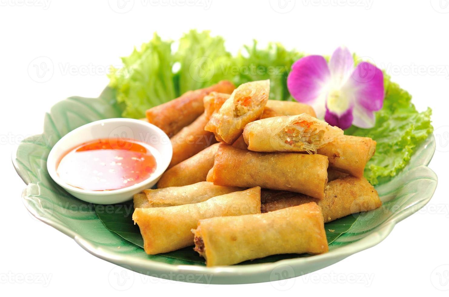 comida china tradicional frita de los rollitos de primavera foto