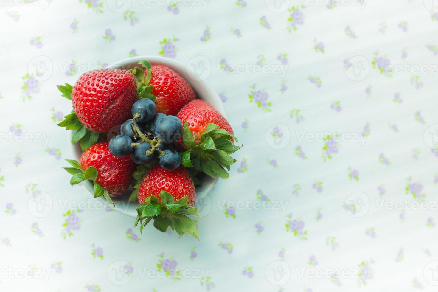 fresas y arándanos en un tazón foto
