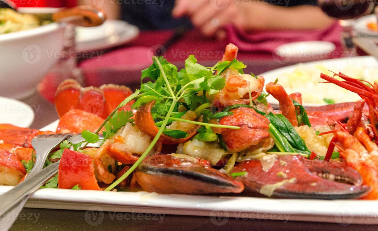 plato de langosta roja foto