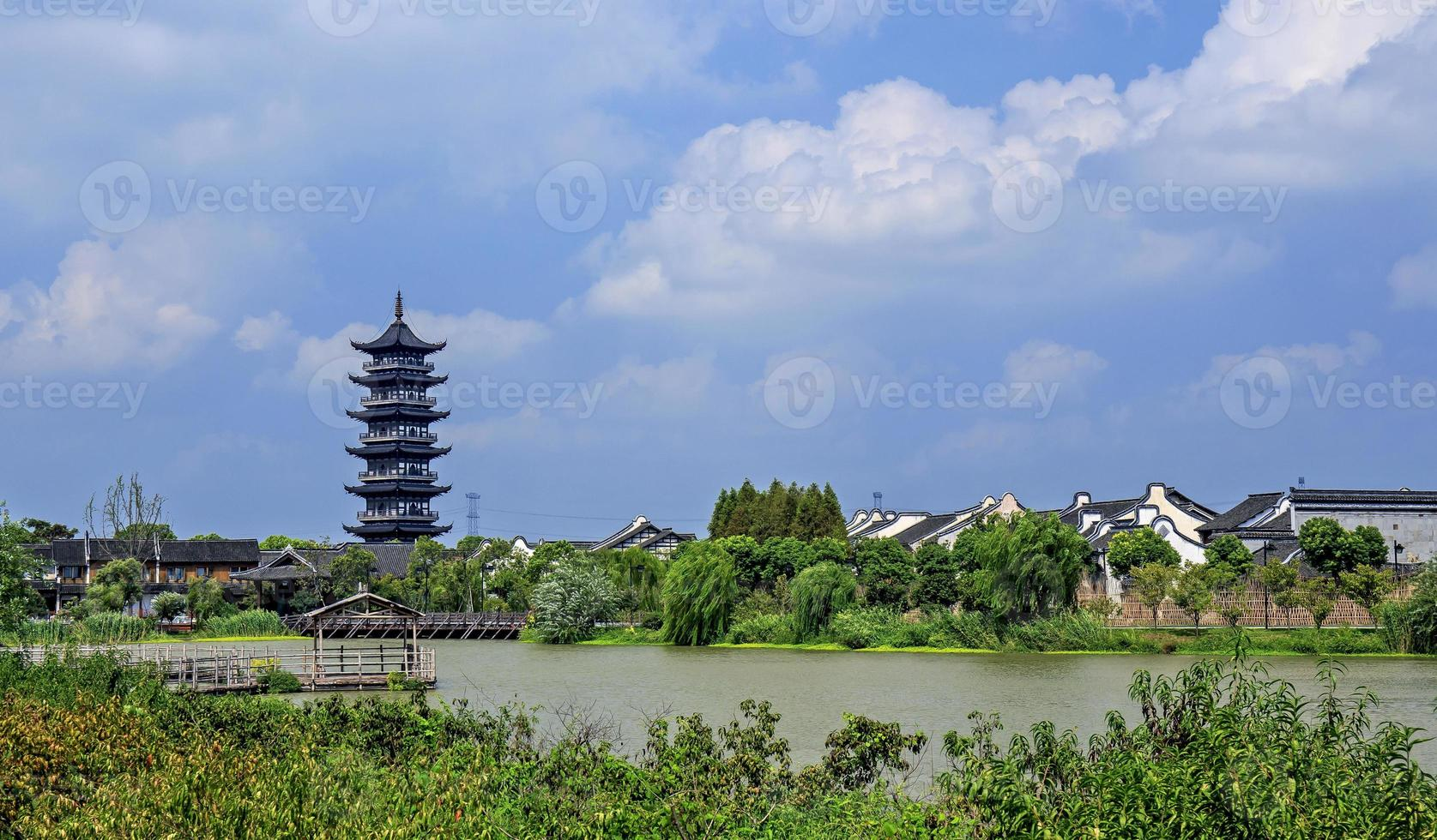 Templo tradicional en Wuzhen Water Village durante el día en China foto