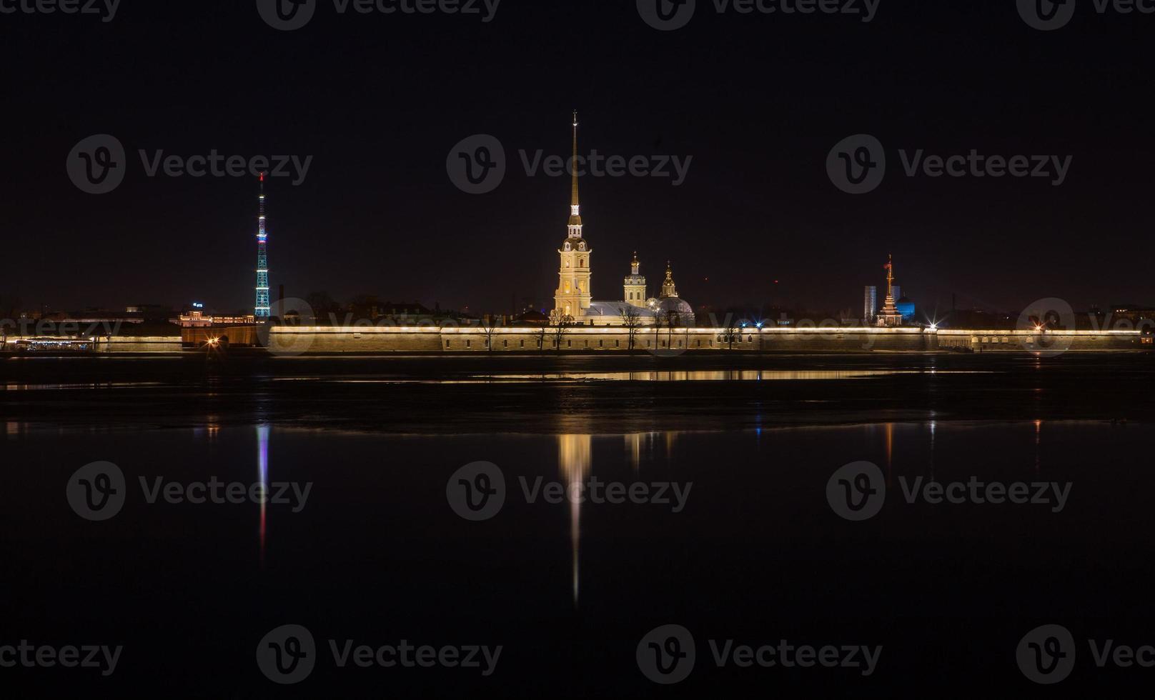 vista nocturna de la fortaleza de peter y paul foto