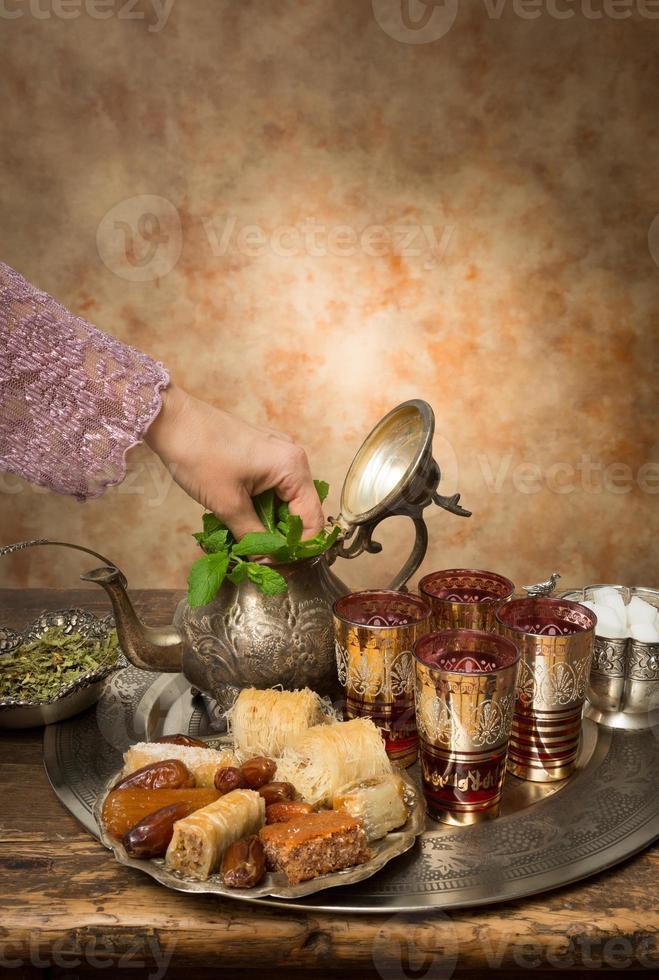 agregando menta al té marroquí foto