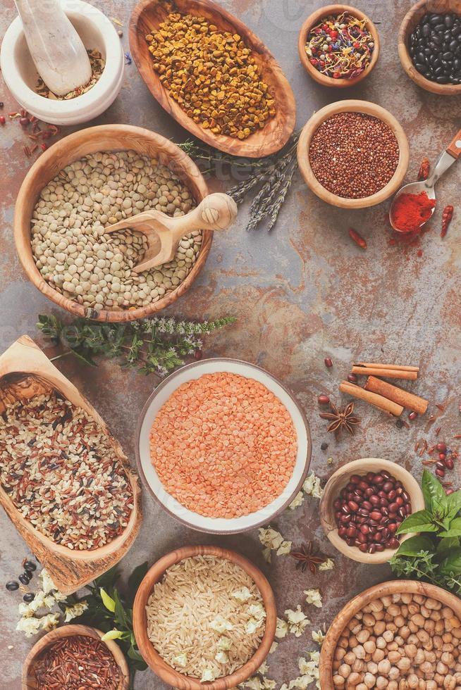 variedad de legumbres, granos y semillas foto