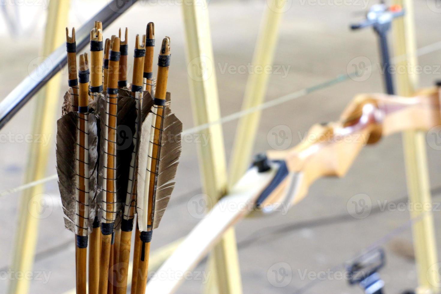 flechas tradicionales y arco de competición foto