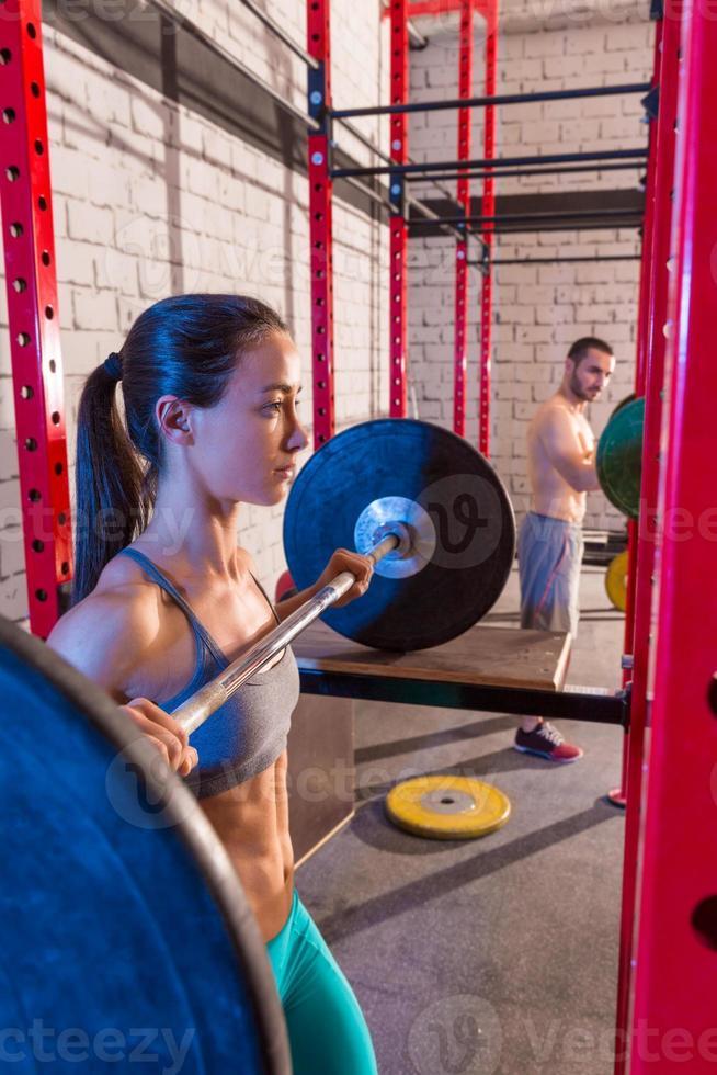 barra con pesas grupo de levantamiento de pesas en el gimnasio foto