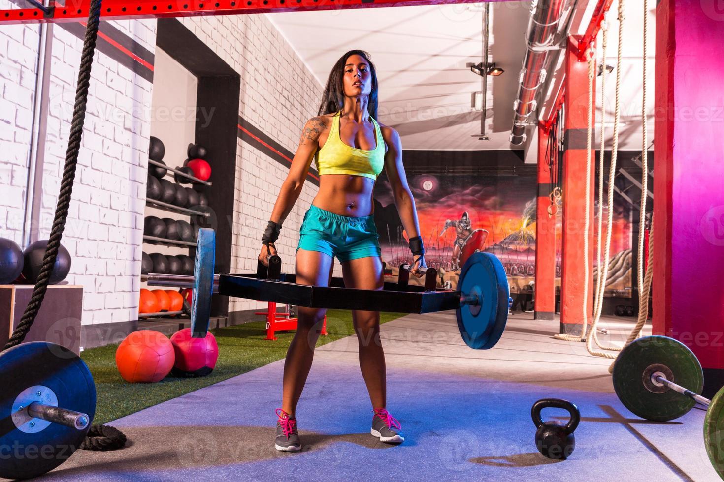 hex dead lift shrug bar deadlifts mujer en el gimnasio foto