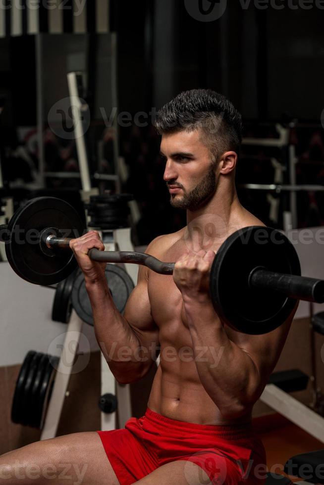 hombres jóvenes haciendo ejercicio para bíceps foto