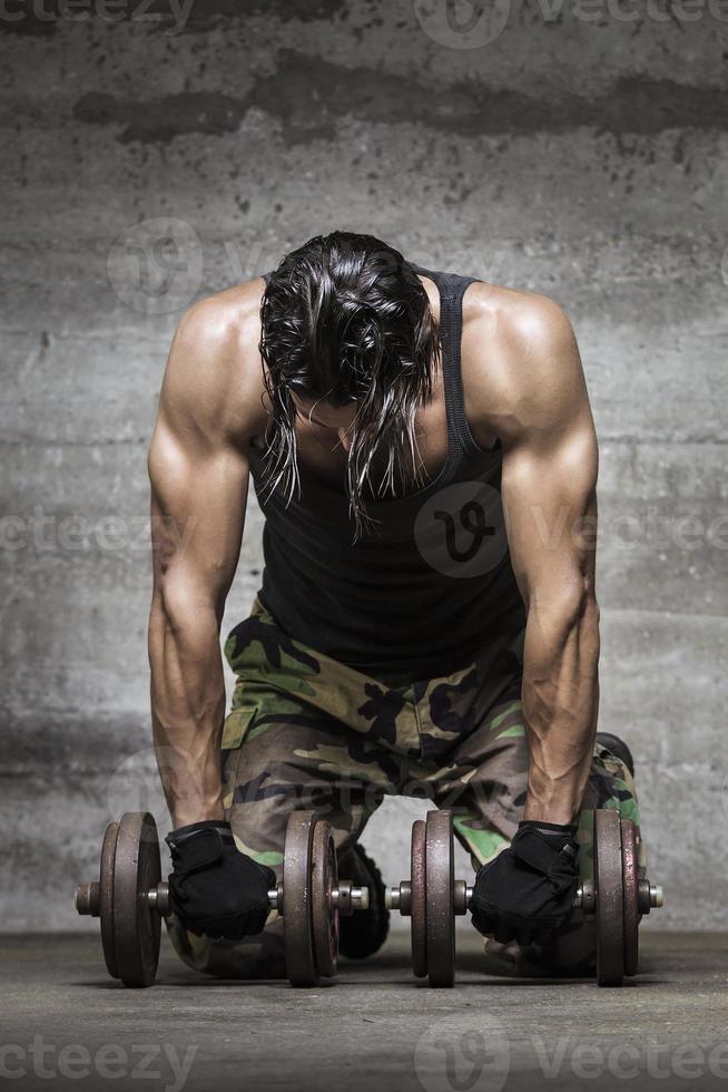 atleta muscular cansado foto